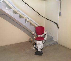 Siège monte personne rouge en escalier tournant intérieur